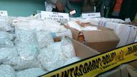 Polisi mengungkap pabrik pembuatan pil PCC di Tangerang (Liputan6.com/ Pramita Tristiawati)