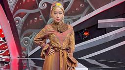 Istri Adam Suseno ini juga selalu tampil percaya diri di atas panggung. Inul Daratista juga tampak menata rambutnya dengan berbagai gaya. Tak jarang pula, ia terlihat memesona dengan bandana. (Liputan6.com/IG/@inul.d)