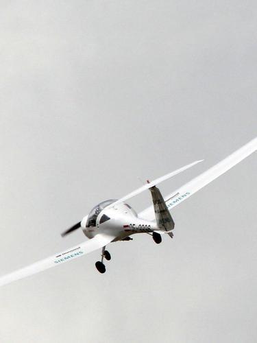 Pesawat Diamond DA42 yang ditenagai oleh Siemens Electric Engine di ajang International Paris Air Show pada June 22, 2011. AFP PHOTO PIERRE VERDY (Photo by PIERRE VERDY / AFP)