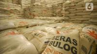Karung Beras Bulog terlihat di Gudang Bulog kawasan Kelapa Gading, Jakarta, Kamis (27/2/2020). Jelang Ramadan dan Idul Fitri 2020 Perusahaan Umum Badan Urusan Logistik atau Perum Bulog siap mengamankan pasokan beras di seluruh wilayah Indonesia mencapai 1,7 juta ton. (merdeka.com/Imam Buhori)