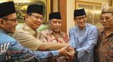 Bakal calon Presiden Prabowo Subianto (kedua kiri), Bakal Cawapres Sandiaga Uno (kedua kanan), Ketum PBNU KH Said Aqil Siroj (tengah) berpose bersama saat kunjungan ke kantor PBNU, Jakarta, Kamis (16/8). (Liputan6.com/Faizal Fanani)