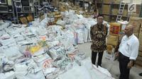 Mendagri Tjahjo Kumolo meninjau gudang penyimpanan barang inventarisasi Kemendagri di Jalan Raya Parung, Kemang, Kab Bogor (30/5). Tjahjo melihat kondisi gudang pasca-insiden tercecernya E-KTP di jalan raya Selabenda Bogor. (Merdeka.com/Arie Basuki)