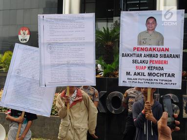 Aktivis dari Gema Tapteng berunjukrasa di depan gedung KPK, Jakarta, Rabu (16/5). Mereka mendesak pimpinan KPK mengusut tuntas Bupati Tapanuli Tengah Bakhtiar Ahmad Sibarani selaku pemberi suap kepada Ketua MK, M Akil Mochtar. (Merdeka.com/Dwi Narwoko)