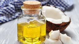 Oleskan minyak kelapa secara merata pada kulit siku dan lutut lalu pijat sambil digosok selama lima sampai delapan menit. Diamkan beberapa saat, lalu bilas dengan air bersih. (Istimewa)