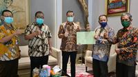 Mantan Kepala Dinas Sosial DI Yogyakarta Untung Sukaryadi dan Lurah Srimartani datang ke Jakarta dan menyerahkan langsung sertifikat tanah milik Kemensos di Yogyakarta kepada Mensos Juliari, Jumat (11/09).