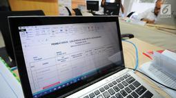 Layar laptop menampilkan daftar nama yang berkonsultasi di posko pengaduan tunjangan hari raya (THR) di Kementerian Ketenagakerjaan, Jakarta, Senin (20/5/2019). Posko yang dibuka hingga 10 Juni ini untuk menampung laporan bagi masyarakat yang memiliki masalah terkait THR. (Liputan6.com/Angga Yuniar)