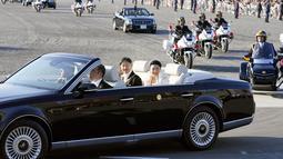 Kaisar Jepang, Naruhito dan Permaisuri Masako menyapa warganya selama parade di Tokyo, Jepang, Minggu (10/11/2019). Parade digelar dalam rangka mengakhiri serangkaian acara penobatan Kaisar Naruhito sejak 1 Mei 2019, atau sehari setelah Akihito turun takhta. (Shigeyuki Inakumao/Kyodo News via AP)