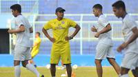 Asisten pelatih Arema FC, Charis Yulianto, saat memimpin sesi latihan Singo Edan. (Bola.com/Iwan Setiawan)