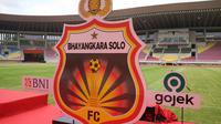 Logo baru Bhayangkara Solo FC yang resmi berhomebase di Stadion Manahan, Jumat (27/11/2020). (Bola.com/Vincentius Atmaja)