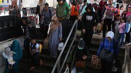 Pemudik berjalan menuju pintu kedatangan saat tiba di Stasiun Senen, Jakarta Pusat, Sabtu (23/6). Berdasarkan data Posko Humas Stasiun Pasar Senen, tercatat volume penumpang arus balik hari ini mencapai 23.704 penumpang. (Liputan6.com/Immanuel Antonius)