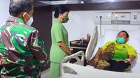Ketua Umum Persit Kartika Chandra Kirana, Hetty Andika Perkasa mengunjungi RSPAD untuk menjenguk Kopral Kepala Ade Casmita, prajurit TNI AD yang terkena sengatan tawon ndas saat bertugas. (Dok YouTube TNI AD)