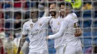 Para pemain Real Madrid merayakan gol yang dicetak Karim Benzema ke gawang Levante pada laga La Liga Spanyol di Stadion Santiago Bernabeu, Madrid, Sabtu (14/9). Madrid menang 3-2 atas Levante. (AFP/Curto De La Torre)