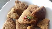 Tumpi-tumpi ikan teri khas Bugis-Makassar dapat meningkatkan selera makan sahur dan berbuka puasa anda (Liputan6.com/ Eka Hakim)