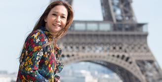 Liburan menjadi salah satu pilihan untuk menghilangkan rasa jenuh. Hal tersebut juga dilakukan oleh Maia Estianty. Baru-baru ini, ia menghabiskan waktu dengan berlibur di Paris. (Foto: instagram.com/maiaestiantyreal)