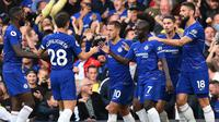 Para pemain Chelsea merayakan gol yang dicetak Eden Hazard ke gawang Liverpool pada laga Premier League di Stadion Stamford Bridge, London, Sabtu (29/9/2018). Kedua klub bermain imbang 1-1. (AFP/Glyn Kirk)