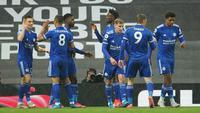 Selebrasi pemain Leicester City usai mengalahkan Manchester United 2-1 dalam pertandingan lanjutan Liga Inggris 2020/21 di Old Trafford, Rabu (12/5/2021). (Foto: AFP/Pool/Dave Thompson)