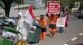 Demonstran melakukan aksi terkait penyelundupan sampah plastik di depan Kedutaan Besar Amerika Serikat, Jakarta, Jumat (19/7/2019). Aksi tersebut merupakan bentuk penolakan terhadap sampah plastik yang diduga diselundupkan oleh Amerika Serikat ke daerah Jawa Timur. (Liputan6.com/Faizal Fanani)