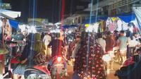 Pengunjung memadati Pasar Raya Padang pada H-1 Lebaran 2020. (Liputan6.com/ Novia Harlina)