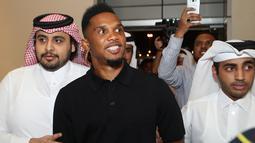 Penyerang Samuel Eto'o tersenyum saat tiba untuk presentasi dirinya enjadi pemain Qatar Sports Club di Doha, (14/8). Pemain 37 ini sempat membela klub Eropa seperti Real Madrid, Barcelona dan Inter Milan. (AFP Photo/Karim Jaafar)