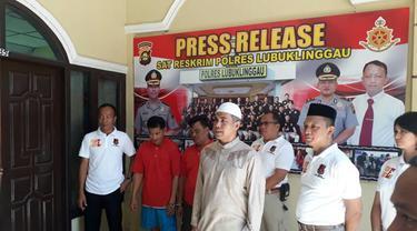 Pedagang dan pemasok daging celeng ditangkap petuga Polres Lubuk Linggau (Liputan6.com / Nefri Inge)