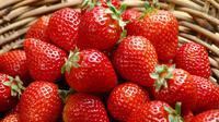 Strawberry mengandung asam alami yang bisa bantu mencerahkan warna gigi. Cobalah untuk menumbuk strawberry, kemudian menggosokkannya pada gigi Anda. Tunggu 15 menit, kemudian bilaslah dengan air. (Ilustrasi Istimewa)