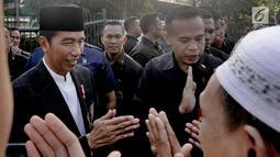 Presiden Joko Widodo bersilatuhrami dengan warga usai melaksanakan salat id Hari Raya Idul Fitri 1 Syawal 1439 H di Lapangan Astrid, Kebun Raya Bogor, Jumat (15/6). (Merdeka.com/Arie Basuki)