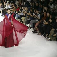 Karya desainer dengan kain negeri. (Foto: Dok. JFFF)