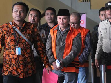 Anggota DPRD Jambi Elhelwi (depan) dan Gusrizal (belakang) usai menjalani pemeriksaan di Gedung KPK, Jakarta, Rabu (24/7/2019). Keduanya resmi ditahan 20 hari ke depan untuk mempermudah pemeriksaan terkait kasus dugaan suap pengesahan APBD 2017-2018 Provinsi Jambi. (merdeka.com/Dwi Narwoko)