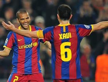 Dani Alves dan Xavi (© AFP 2011)