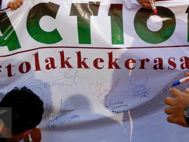Sejumlah anak yang tergabung dalam Rumah Amalia Ciledug melakukan aksi tanda tangan di Jalan MH Thamrin, Jakarta (07/02). Aksi ini dalam rangka mengajak masyarakat untuk menghilangkan rasa ketakutan dan menciptakan rasa aman. (Liputan6.com/Fery Pradolo)