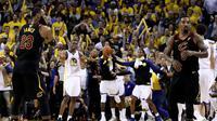 LeBron James terlihat kebingungan dengan keputusan JR Smith (kanan) pada detik-detik akhir kuarter keempat laga final NBA 2018 di ORACLE Arena, Jumat (1/6/2018) pagi WIB. (AFP/Ezra Shaw)