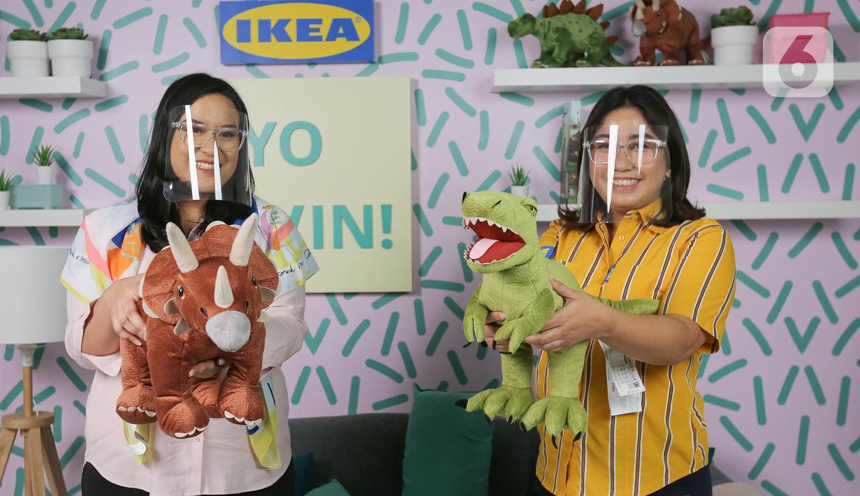 Psikolog Anak dan Mental Health Advocate Anastasia Satriyo dan Country Marketing Manager IKEA Indonesia Dyah Fitrisally menunjukkan boneka koleksi SAGOSKATT pada kampanye Ayo Main di Jakarta, Rabu (11/11/2020). Kampanye berfokus pada hak bermain dan pengembangan diri anak.(Liputan6.com/Fery Pradolo)