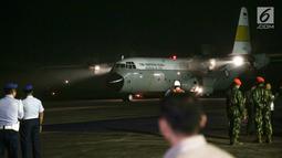 Pesawat TNI AU Hercules VIP C 130 yang membawa jenazah Ani Yudhoyono tiba di Lanud Halim Perdanakusumah, Jakarta Timur, Sabtu (1/6/2019). Almarhumah meninggal dunia di National University Hospital (NUH) Singapura dan akan dikebumikan di TMP Kalibata pada hari Minggu. (Liputan6.com/Faizal Fanani)