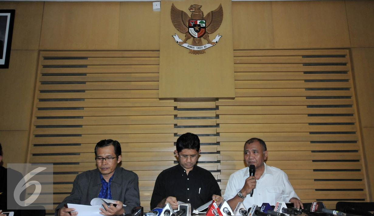 Ketua KPK Agus Rahardjo (kanan) memberikan keterangan pers di Gedung KPK, Jakarta, Sabtu (17/9). KPK menetapkan Ketua DPD RI Irman Gusman sebagai Tersangka terkait pengurusan kuota gula impor. (Liputan6.com/Johan Tallo)