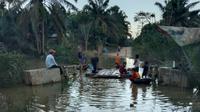 Warga salah satu gampong di Kabupaten Aceh Timur yang dilanda banjir (Liputan6.com/Ist)