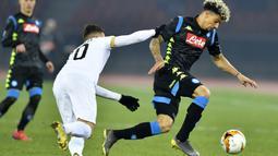 Pemain Napoli, Kevin Malcuit, menggiring bola saat melawan FC Zurich pada laga Liga Europa di Stadion Letzigrund, Kamis (14/2). Napoli menang 3-1 atas FC Zurich. (AP/Walter Bieri)
