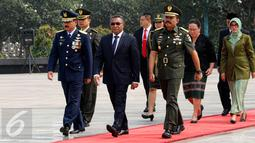PM Timor Leste Rui Araujo (tengah) saat mengunjungi Taman Makam Pahlawan Kalibata, Jakarta, Rabu (26/8/2015). Ini merupakan kunjungan pertama Araoujo ke Indonesia sejak dilantik pada 16 Februari 2015 lalu. (Liputan6.com/Yoppy Renato)