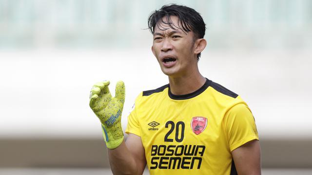 Kiper PSM Makassar, Rivky Mokodompit, memberi arahan kepada rekannya saat melawan Lao Toyota FC pada laga Piala AFC 2019. (Bola.com/M. Iqbal Ichsan)