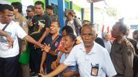 Tangis keluarga pecah saat peti jenazah TKI Adelina diturunkan petugas kargo Bandara El Tari Kupang. (Liputan6.com/Ola Keda)