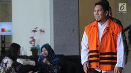 Bupati Bener Meriah nonaktif Ahmadi usai menjalani pemeriksaan lanjutan di gedung KPK, Jakarta, Jumat (31/8). Ahmadi diperiksa sebagai tersangka terkait suap proyek infrastruktur dari Dana Otonomi Khusus Aceh Anggaran 2018. (Merdeka.com/Dwi Narwoko)
