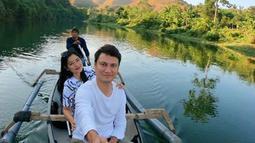 Berkeliling sungai di pagi hari. Titi Kamal dan Christian Sugiono berfoto di atas perahu (Liputan6.com/IG/titi_kamall)