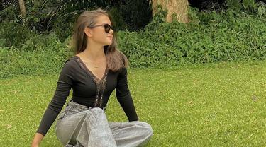 Melalui akun Instagram, Sandrinna Michelle sendiri cukup sering mengunggah foto kegiatannya. Bahkan, outfit yang dipakai oleh Sandrinna tak luput dari sorotan. (Liputan6.com/IG/@sandrinna_11)