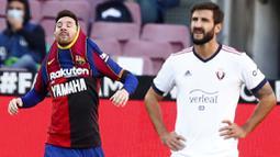 Striker Barcelona, Lionel Messi, melakukan selebrasi usai mencetak gol ke gawang Osasuna pada laga Liga Spanyol di Stadion Camp Nou,  Minggu (29/11/2020). Barca menang dengan skor 4-0. (AP/Joan Monfort)
