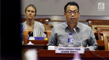 Kepala Kebijakan Publik Facebook Indonesia, Ruben Hattari memberi penjelasan saat Rapat Dengar Pendapat dengan Komisi I DPR di Jakarta, Selasa (17/4). Dalam rapat tersebut Facebook membantah adanya kebocoran data penggunanya. (Liputan6.com/Johan Tallo)