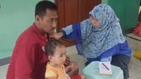 Petugas kesehatan mendatangi warga korban banjir di Tangerang, (Liputan6.com/ Pramita Tristiawati)