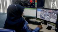 Petugas memantau penyebaran virus corona (COVID-19) di Dinas Kesehatan DKI Jakarta, Senin (9/3/2020). Pemprov DKI Jakarta menyebut Posko COVID-19 menerima panggilan telepon sebanyak 2.689 terkait virus corona. (Liputan6.com/Faizal Fanani)