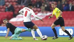 Pemain Inggris Bukayo Saka melakukan selebrasi usai mencetak gol ke gawang Austria pada pertandingan persahabatan di Stadion Riverside, Middlesbrough, Inggris, Rabu (2/6/2021). Inggris mengalahkan Austria dengan skor 1-0. (Lindsey Parnaby, Pool via AP)