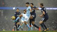 Pemain Manchester City, Sergio Aguero (tengah) berusha keluar dari kepungan pemain Tottenham pada lanjutan Premier League di Etihad Stadium, Manchester, (16/12/2017). Manchester City menang 4-1. (AP/Rui Vieira)