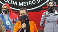 Penyanyi Reza Artamevia (tengah) saat rilis kasus pengungkapan tindak pidana narkotika di Polda Metro Jaya, Jakarta, MInggu (6/9/2020). Ditresnarkoba Polda Metro Jaya menangkap Reza Artamevia serta mengamankan barang bukti narkotika jenis sabu seberat 0,78 gram. (Liputan6.com/Herman Zakharia)