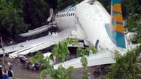 Pesawat Merpati Nusantara Airlines jenis Boeing 737-300 yang tergelincir di Bandara Rendani, Manokwari, Papua Barat. Tak ada korban jiwa dalam insiden yang diduga karena cuaca buruk tersebut.